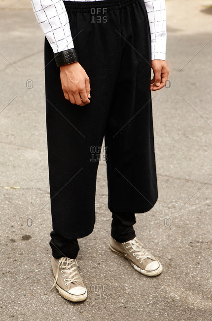 Man wearing baggy pants and old sneakers