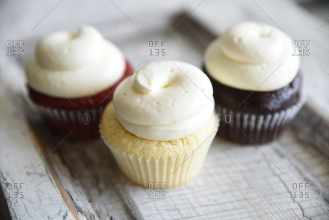 Vanilla, chocolate and red velvet cupcakes with white icing