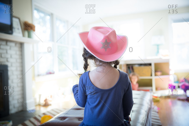 Young girl wearing a pink cowboy hat