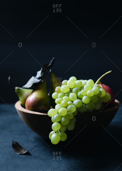 Green grapes and fruit in a bowl