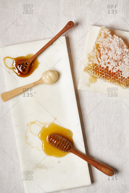 Honey on stirrers and a honeycomb