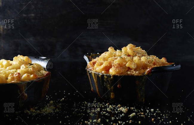 Macaroni and cheese topped with breadcrumbs in cast iron dishes