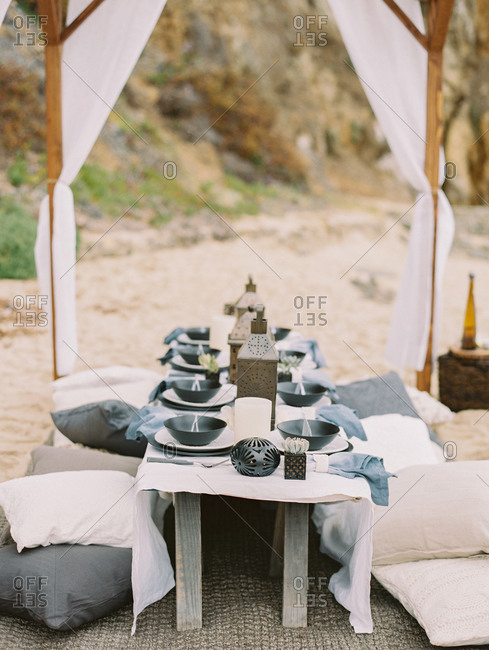 Table set for a beach dinner party