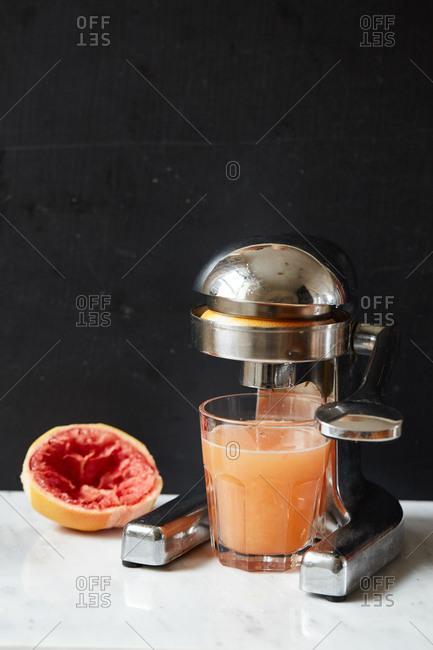 Grapefruit juice and a juicing machine