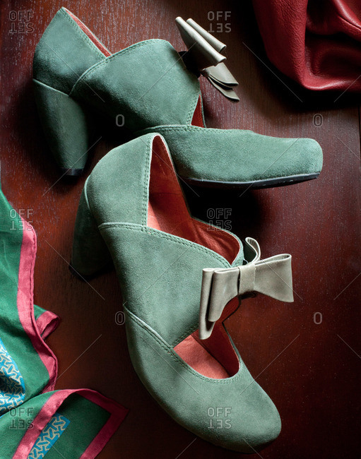 Suede heels with bows
