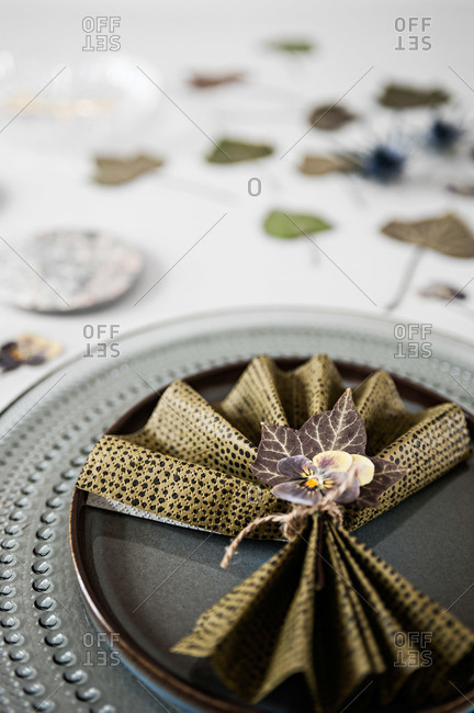 Napkin with a floral ring