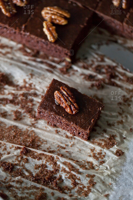 Chocolate brownies with caramelized pecans
