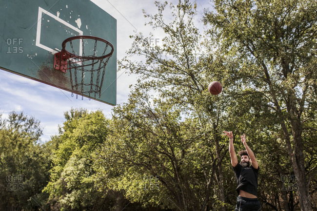 Man playing basketball in outdoor court