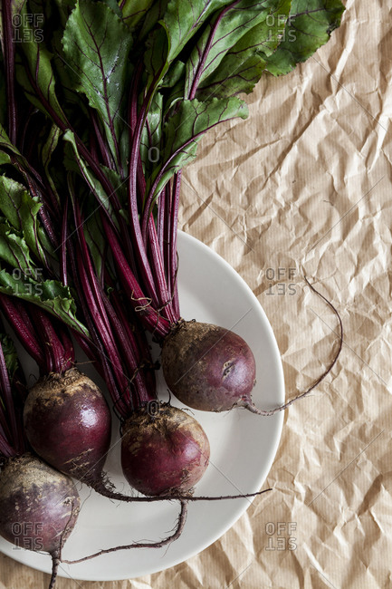 Plate with beetroot on crumpled brown paper