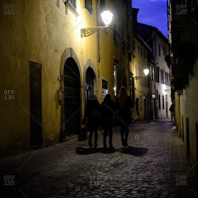 - April 5, 1904: Walking in nighttime Italian street