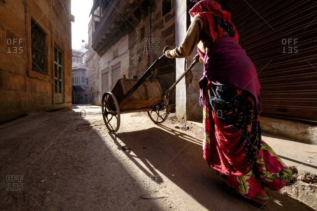 - April 5, 1904: Woman pushing wagon in Indian street