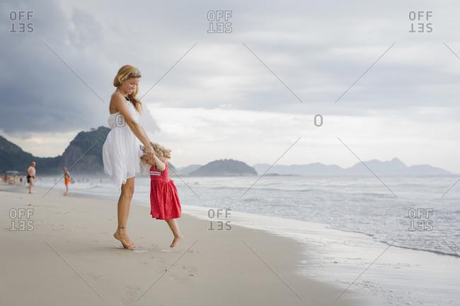 Brasil, Rio de Janeiro, mother and daughter on Copacabana beach