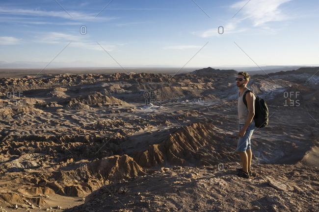 Chile, San Pedro de Atacama, Valley of the Moon, hiker lookig at view