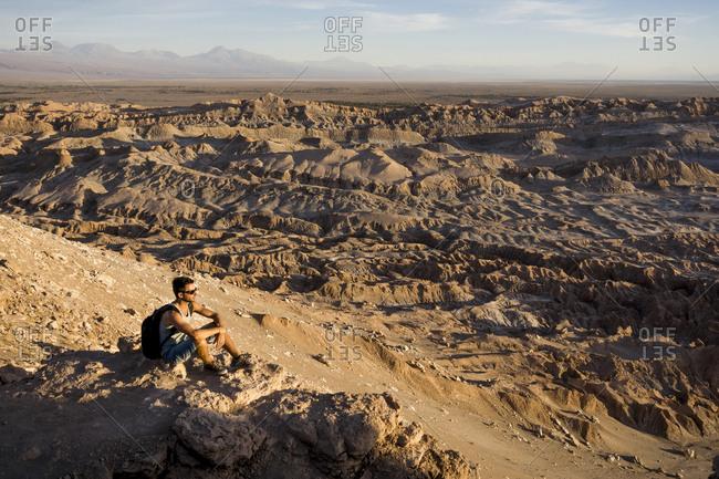 Chile, San Pedro de Atacama, Valley of the Moon, hiker relaxing in the desert
