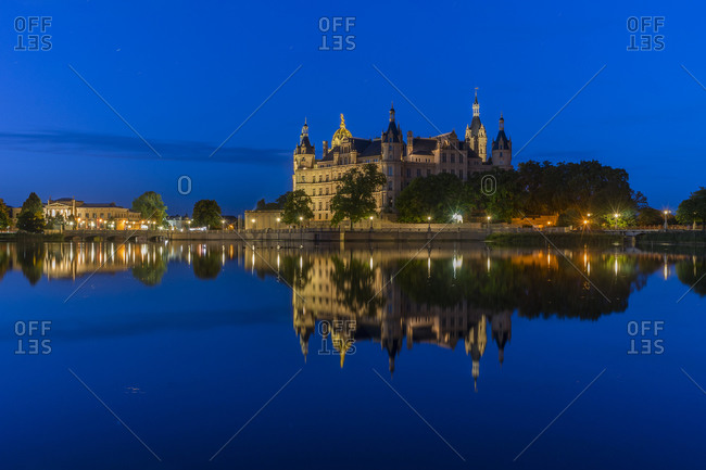 Germany, Mecklenburg-Vorpommern, Schwerin, Schwerin Palace with lake in the evening