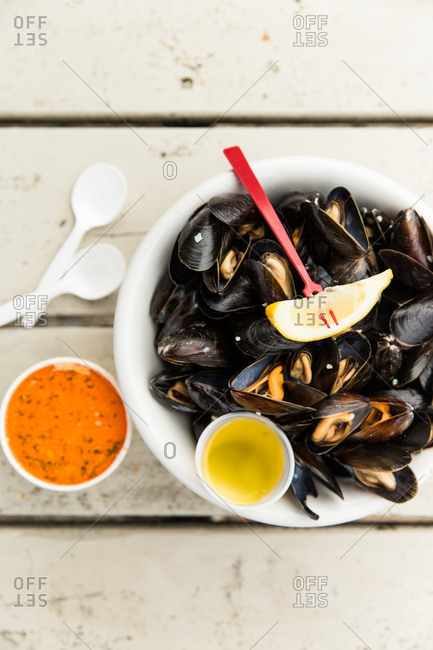 Fresh mussels with butter and lime