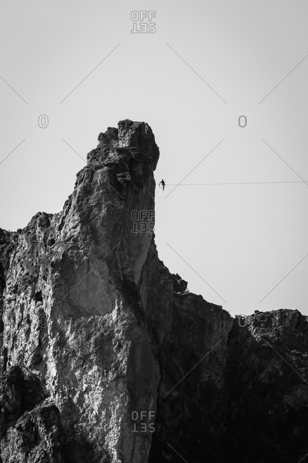 Man on a highline in rocky mountain cliffs in Oregon