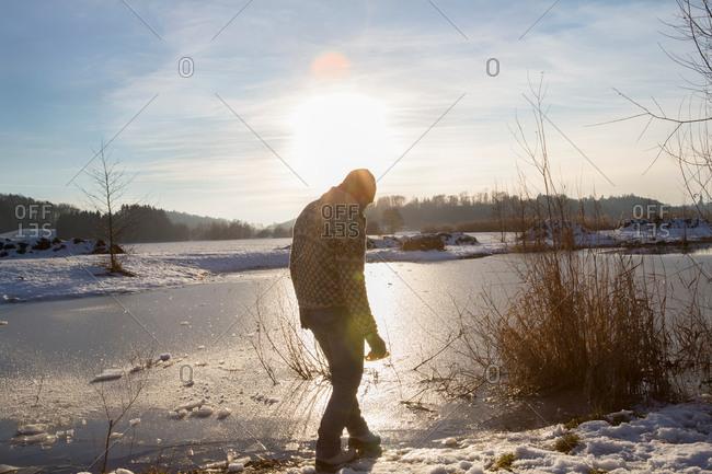 Man enjoying nature in winter, Teising, Bayern, Deutschland