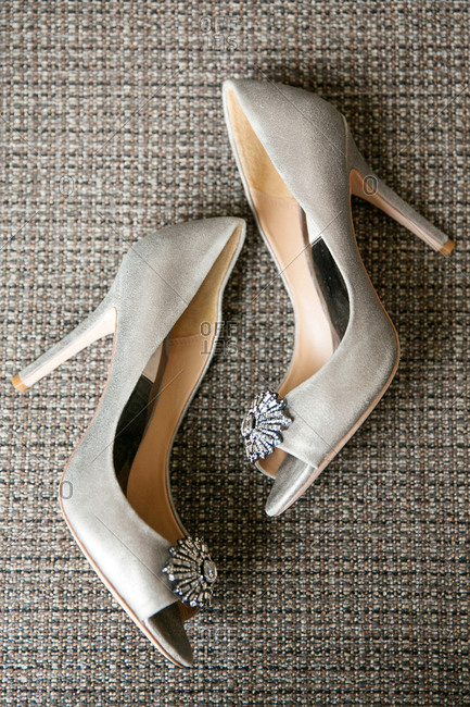 High-heeled shoes with jeweled broche