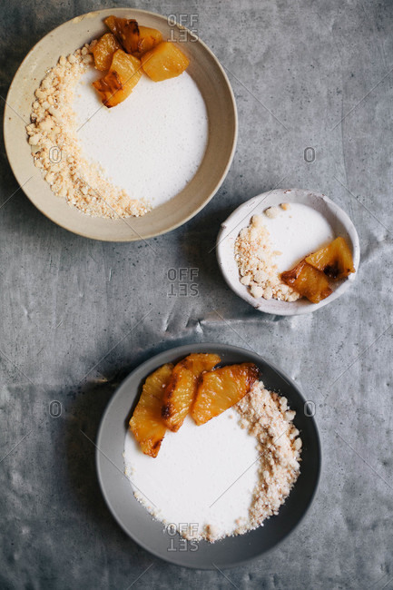 Grilled pineapple with cream and crumbles