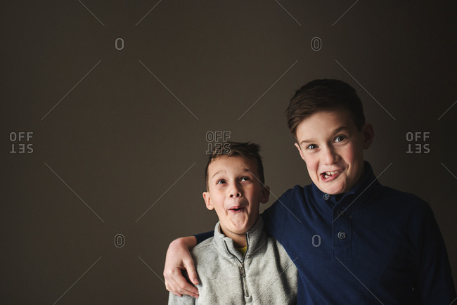 Brothers making goofy faces - Offset