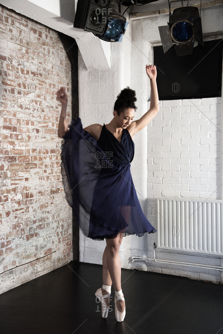 Ballet dancer en pointe in navy dress