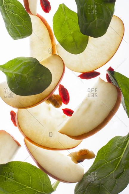 Sliced apples with spinach and walnuts