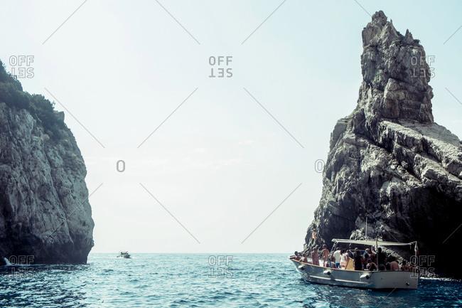 Tour boat through the Faraglioni of Capri, Napoli, Campania, Italia