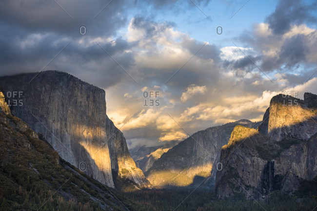 View of Yosemite Valley at sunset as seen from the famous viewpoint of Tunnel View Yosemite, CA