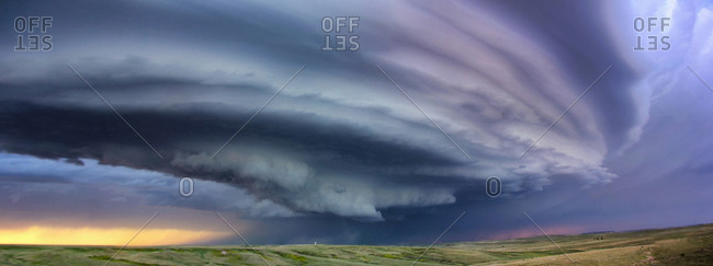 Large arcus cloud sweeps around the updraft of anticyclonic supercell, Deer Trail, Colorado, USA