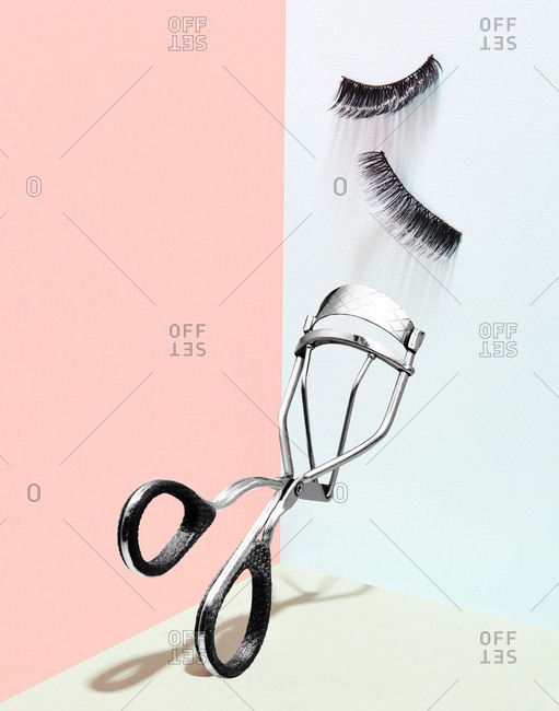 Eyelash curler with pair of false eyelashes