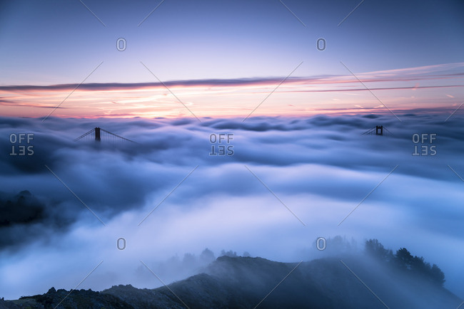 USA, San Francisco, Golden Gate bridge in fog at sunrise