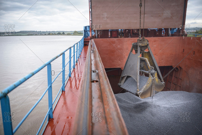 Unloading metal alloy from a ship's hull