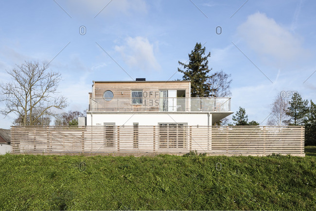 11/9/14: Contemporary house with wooden fence