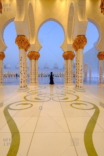 4/27/16: Woman at ornate mosque, Abu Dhabi