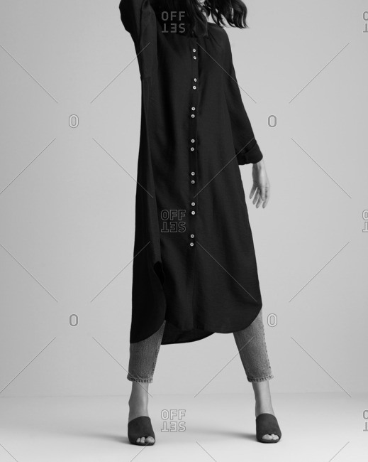 Woman in a long tunic and skinny jeans