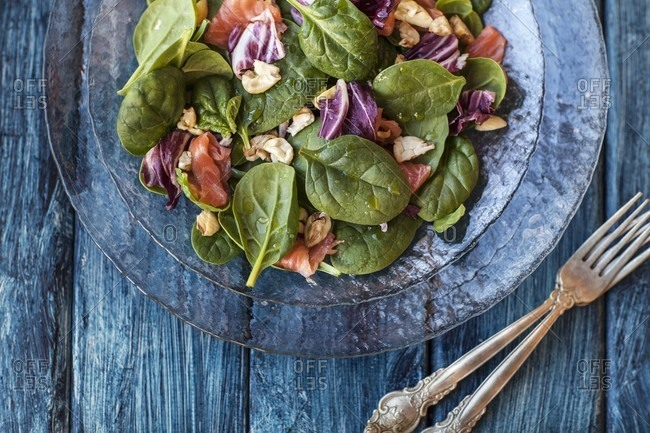 Spinach salad with salmon and chestnuts