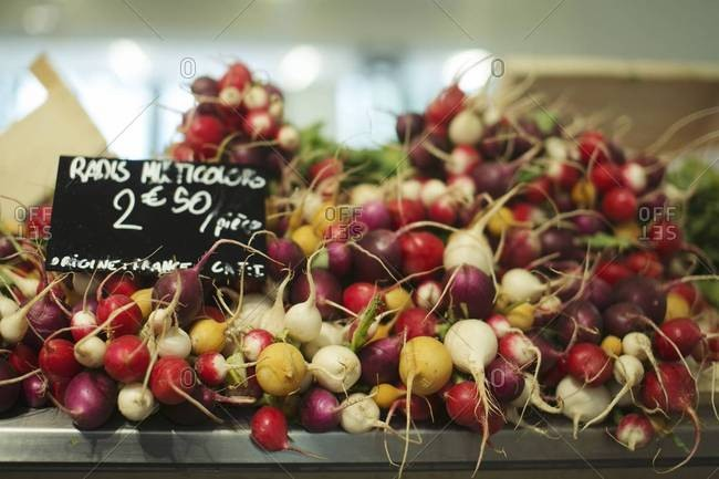 Radishes with a price marker