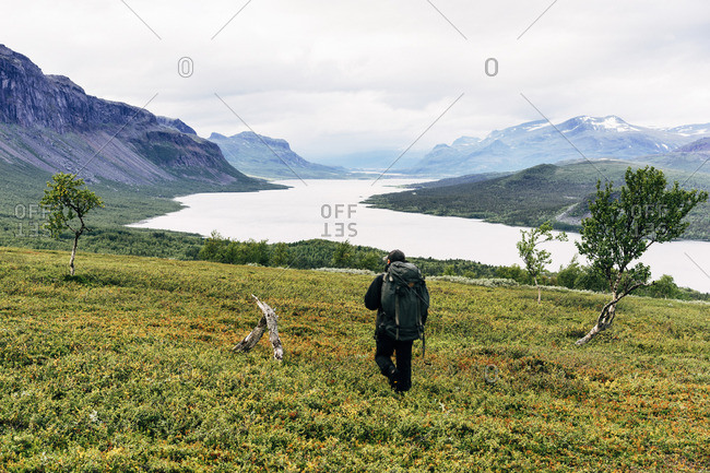 Sweden, Lapland, Saltoluokta, Kungsleden, Male hiker in mountain valley