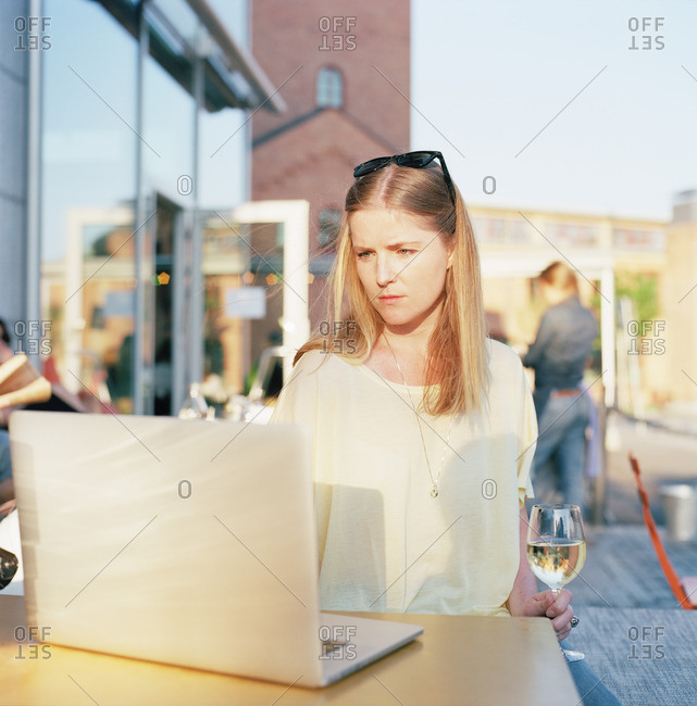Sweden, Sodermanland, Nacka, Sickla, Mid-adult woman surfing net at cafe