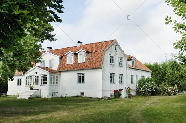 Sweden, Gotland, Bursvik, Burgegard, View small white house