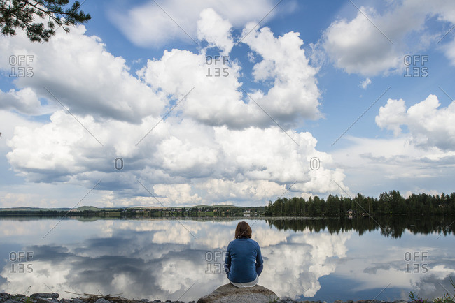 Sweden, Jamtland, Ratanssjon, Woman looking at lake