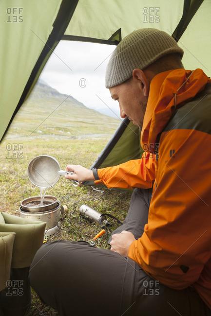 Sweden, Harjedalen, Helagsfjallet, Mid adult man camping