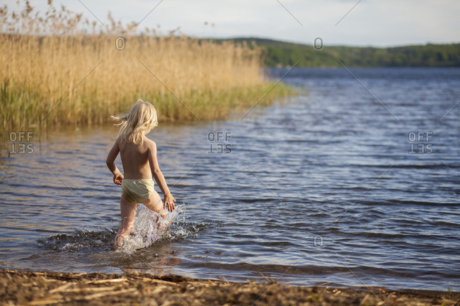 Sweden, Vastergotland, Lerum, Lake Aspen, Girl running into water