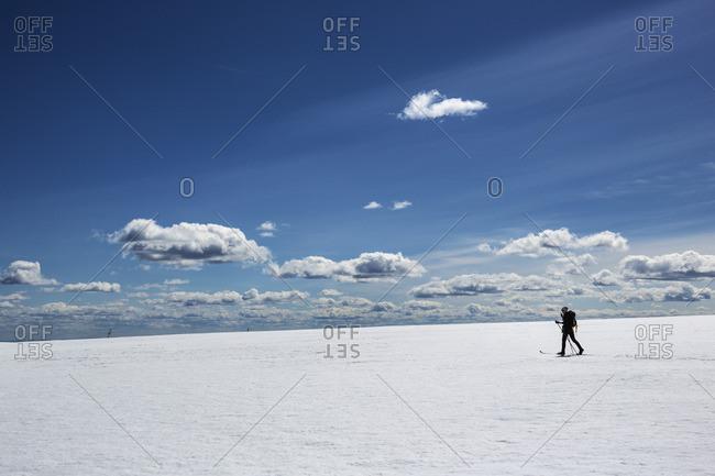 Sweden, Salen, Dalarna, Lindvallen, Skier in snowy plain