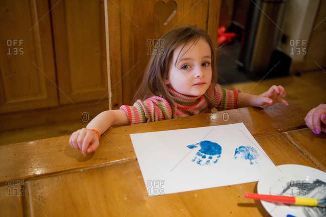 Young girl finger painting - Offset