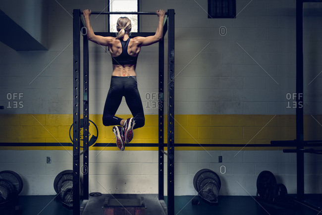 May 5, 2015: Olympic Athlete Brianne Theisen Eaton doing pull ups