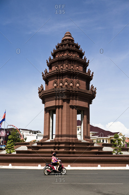 October 2, 2006: Independence monument designed by the influential Cambodian modern architect Vann Molyvann in the form of a lotus shaped stupa from the style seen at Angkor Watt