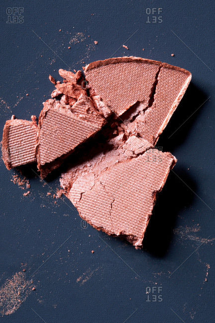 Cracked cosmetic foundation