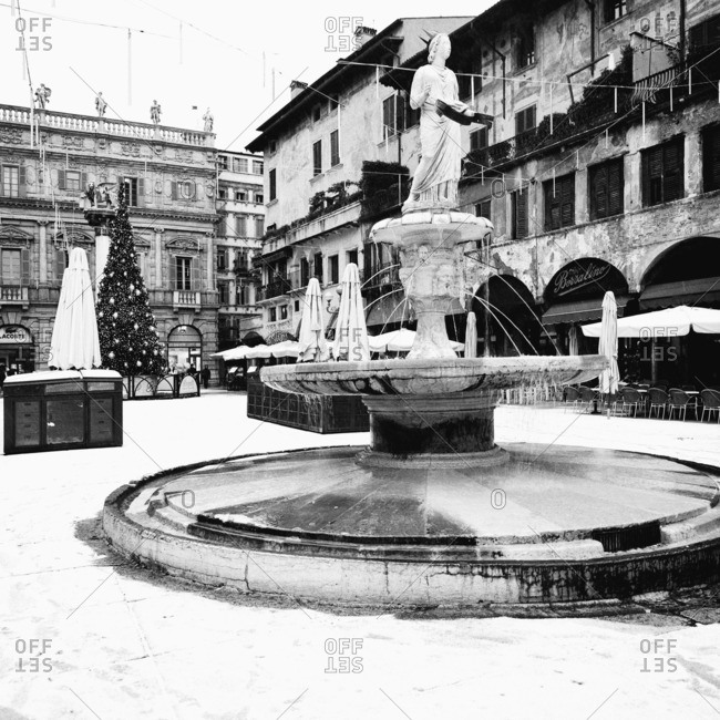Piazza delle Erbe and the Fontana Madonna Verona during a Christmas snowstorm, Verona, Italy